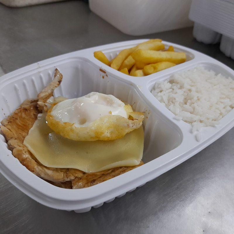 Marmita com frango, ovo, arroz e batatas - Churrascaria Jardim do Lago